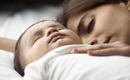 Từng luyện ngủ cho con thành công nhưng bà mẹ này đã từ bỏ, chọn ôm con ngủ hàng đêm vì...