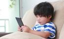 Cách đơn giản để lấy điện thoại khỏi tay con đang chơi mà trẻ không