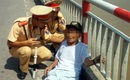 Hà Nội: Không muốn sống phụ thuộc con cháu cụ ông 84 tuổi thuê taxi lên cầu Chương Dương leo thành cầu tự tử