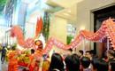 Lân sư rồng xuất hiện trên phố đi bộ Nguyễn Huệ, trẻ em reo hò thích thú chờ đợi biểu diễn