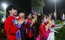Chùm ảnh hàng trăm em bé dễ thương cùng cha mẹ đến chùa cầu an cho gia đình đầu năm mới