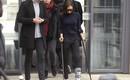 Victoria Beckham thả rông vòng 1, khập khiễng chống nạng trên phố vì bị rạn xương