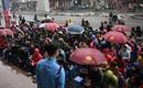 Hà Nội: Hàng trăm người đội mưa ngồi vỉa hè chờ mua vàng ngày Vía thần tài