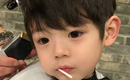 Mơ màng ngậm kẹo trong lúc cắt tóc, cậu nhóc Hàn Quốc đốn tim cả triệu người vì quá đẹp trai