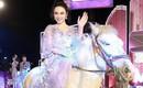 Màn đội mũ lông chưa là gì, Angela Phương Trinh đã từng cưỡi ngựa, bế thú cưng nổi nhất thảm đỏ cơ!