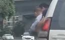 Clip: Bố nhoài người ra ngoài cho con đi tiểu khi xe đang chạy trên đường