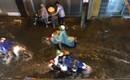 Sài Gòn mưa lớn giờ tan tầm, đường phố lại biến thành sông khiến người dân bì bõm lội nước về nhà