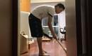 Chồng nhà người ta: Ngày nào cũng phải 2h đêm mới đi làm về nhưng anh chồng này vẫn cặm cụi quét dọn nhà cửa vì sợ vợ mệt