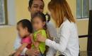 Bị cáo ôm 2 con nhỏ khóc nức nở tại phiên tòa khi bị tuyên 15 năm tù vì tưới xăng đốt vợ sau cuộc nhậu