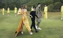 Đi giày hơn 15cm catwalk trên sân golf, khách mời phải ngả mũ trước dàn mẫu