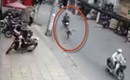 Clip: Đang loay hoay nhét đồ vào cốp, cô gái trẻ bất ngờ bị cướp giật túi xách trên phố