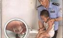 Thương đến rơi nước mắt bé trai 3 tuổi chân trần đi tìm mẹ trên mặt đường nhựa 59 độ C