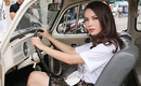 Yến Trang kín đáo tự mình lái xe cổ đi sự kiện
