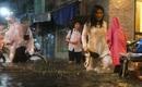 """Sài Gòn mưa ngập trên diện rộng, học sinh ướt như """"chuột lột"""", xách dép lần mò lội nước về nhà"""