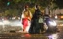 Sài Gòn mưa không lớn nhưng cây vẫn đổ, người dân vẫn phải bì bõm lội nước về nhà
