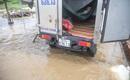 Một ngày sau trận mưa lớn: Nước vẫn ngập, người Sài Gòn phải nhịn đi vệ sinh, ngủ trên thùng xe tải