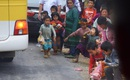 Phản cảm khách du lịch ném đồ ăn cho trẻ em vùng cao