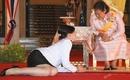 Nghi thức quỳ lạy các thành viên Hoàng tộc của thần dân Thái Lan