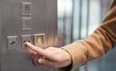 Hãy để ý đến nút bấm đóng cửa ở chiếc thang máy bạn đang sử dụng, vì nó có thể tiết lộ điều sâu xa rất bất ngờ