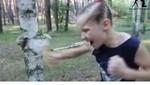 Cô bé 8 tuổi đấm nát thân cây