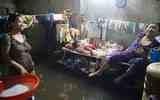 Nước ngập xóm nghèo Sài Gòn 4 ngày chưa rút: Con ngủ nằm, bố mẹ ngủ ngồi và miễn... tắm