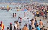 Sét bất ngờ đánh xuống bãi biển Vũng Tàu nhiều du khách hoảng loạn, một thợ chụp ảnh phải nhập viện
