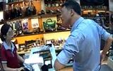Người đàn ông thản nhiên ăn trộm 3 chiếc ví trước mặt nhân viên bán hàng nhưng không hề bị phát hiện