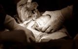Ông bố bác sĩ tự tay ghi lại toàn bộ quá trình sinh mổ của vợ