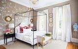 Trang trí phòng ngủ nữ tính với thiết kế hoa lá cành trên nền lụa trắng