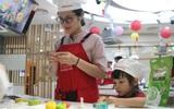Hà Nội: Nhiều gia đình trẻ thích thú tự làm những chiếc bánh Trung thu sắc màu tuyệt đẹp trước đêm Rằm