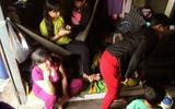 Chùm ảnh: Bên trong ngôi nhà 15m2 rách nát chứa đến 23 nhân khẩu ở Sài Gòn