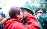 Giây phút bịn rịn mà ấm áp tiễn tân binh lên đường đúng ngày Valentine