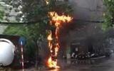 Hà Nội: Cột điện bốc cháy đúng lúc trời mưa, nhiều người hoảng loạn tháo chạy
