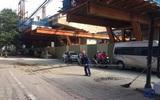 Vụ thanh sắt từ dự án rơi xuống đường làm thót tim nhiều người: Xem xét kiểm điểm nhà thầu
