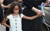 Con gái 6 tuổi của Mariah Carey chống nạnh, làm mặt cau có trước ống kính máy ảnh
