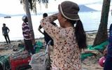 Bức ảnh người đàn bà làng chài đợi con về sau bão và câu chuyện đẫm nước mắt đằng sau