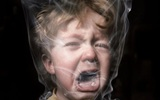 Đừng tưởng ra ngoài hút thuốc là xong, bố vẫn hại con chỉ bằng hơi thuốc còn vương trong miệng