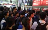 Hà Nội: Xếp hàng dài hơn 1 giờ đồng hồ mua vé xe về nghỉ lễ