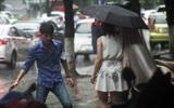 Hà Nội: Dân công sở chạy loạn tìm đồ ăn trưa trong cơn mưa rào