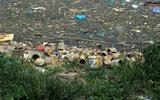 Hà Nội: Choáng với cảnh rác thải, bát hương vứt ngập hồ Đền Lừ
