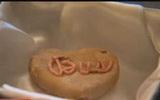 Khó tin chiếc bánh quy hình trái tim vẫn nguyên vẹn sau... 85 năm