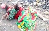 Hình ảnh đau lòng: Mẹ chết bên đường, gọi mãi mẹ chẳng dậy, bé trai 17 tháng gục xuống... bú sữa mẹ
