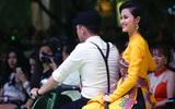 Đông Nhi chạy vespa trình diễn nhạc phim