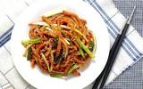 Cơm tối rẻ mà ngon với chả cá xào rau củ làm trong 15 phút