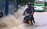 Mưa như trút suốt hơn 2 giờ, người Sài Gòn bì bõm lội nước trở về nhà giờ tan tầm