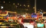 Dân ùn ùn đi nghỉ lễ, tuyến đường vào sân bay Tân Sơn Nhất kẹt cứng từ chiều đến đêm