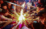 """Hà Nội: Hàng trăm người đổ xô đi xin lửa """"lấy đỏ"""" rồi mang lửa về nhà trong đêm khuya"""