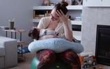 Hình ảnh bà mẹ ngồi suốt 3 tiếng cho con bú nói lên điều gì?