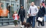 Harper diện đồ khỏe khoắn cùng mẹ Victoria xuống phố đi dạo