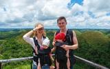 Mới 4 tháng tuổi, cặp song sinh đã được bố mẹ đưa đi du lịch vòng quanh châu Á